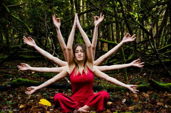 photographie - Portrait Logane faisant de la méditation